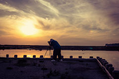 Fotografo Getting un colpo del tramonto Fotografie Stock