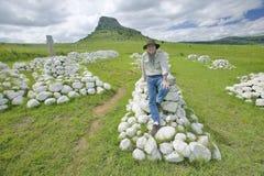 Fotografo Joe Sohm alla collina di Sandlwana o Sfinge con le tombe dei soldati in priorità alta, la scena del sito zulù anglo di  Fotografie Stock