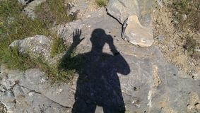 Fotografo la mia ombra nelle montagne dell'Asia centrale fotografia stock