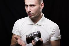 Fotografo maschio alla moda con un'espressione interrogante sulla sua f Fotografia Stock