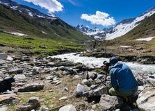 Fotografo maschio del paesaggio che lavora alla posizione su un tiro nelle alpi svizzere vicino a Klosters Immagine Stock Libera da Diritti