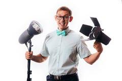 Fotografo nel suo studio che installa le luci per il photoshoot imminente fotografia stock