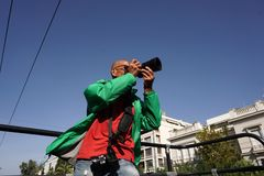 fotografo nell'azione sul bus turistico immagine stock libera da diritti