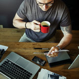 Fotografo occupato Editing Home Office dell'uomo fotografia stock libera da diritti