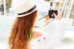 Fotografo piacevole della ragazza sul lavoro Fotografie Stock