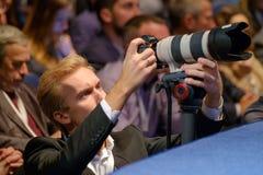 Fotografo professionista che lavora all'incontro di affari immagini stock