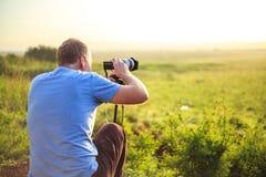 Fotografo professionista che prende foto sulla savana Fotografie Stock