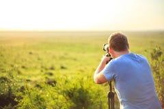 Fotografo professionista che prende foto sulla savana Immagine Stock Libera da Diritti