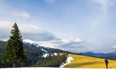 Fotografo solo in montagne che prendono l'immagine di un solo fotografia stock