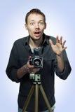Fotografo stupito con la retro macchina fotografica Immagini Stock Libere da Diritti