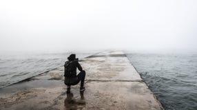 Fotografo su un pilastro nebbioso Immagine Stock Libera da Diritti