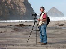 Fotografo sul tiro di foto della spiaggia Fotografia Stock