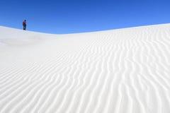 Fotografo sulle dune di sabbia bianche Immagine Stock