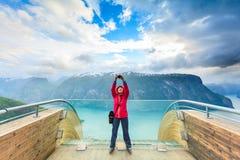 Fotografo turistico con la macchina fotografica sull'allerta di Stegastein, Norvegia Immagini Stock Libere da Diritti