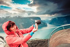 Fotografo turistico con la macchina fotografica sull'allerta di Stegastein, Norvegia Fotografie Stock