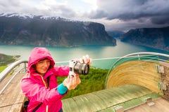 Fotografo turistico con la macchina fotografica sull'allerta di Stegastein, Norvegia Immagine Stock Libera da Diritti