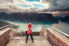 Fotografo turistico con la macchina fotografica sull'allerta di Stegastein, Norvegia Fotografia Stock Libera da Diritti