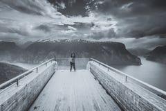 Fotografo turistico con la macchina fotografica sull'allerta di Stegastein, Norvegia Fotografia Stock