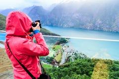 Fotografo turistico con la macchina fotografica sull'allerta di Stegastein, Norvegia Fotografie Stock Libere da Diritti
