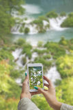 Fotografować Plitvice jeziora z telefonem komórkowym Zdjęcia Stock