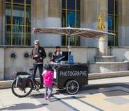 Fotografowie i mała dziewczynka na sławnym miejscu Du Trocadero blisko Chaillot pałac, Paryż, Francja obrazy royalty free