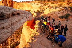 Fotografowie i turyści ogląda wschód słońca przy mesa łukiem, Canyo Zdjęcia Royalty Free