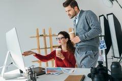 Fotografowie patrzeje na komputerowym monitorze Zdjęcie Stock