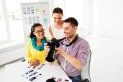 Fotografowie z kamerą przy fotografii studiiem obraz stock