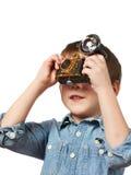 Fotografschießen des kleinen Jungen mit Retro- Kamera und Blitz Lizenzfreie Stockbilder
