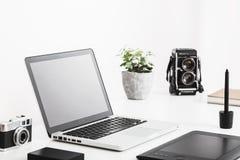 Fotografskrivbord med tappningkameror och modern teknologi Vit bakgrund Royaltyfria Bilder