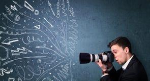 Fotografskytte avbildar, medan den drog driftiga handen fodrar Arkivbilder
