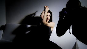 Fotografskytte i studio med modemodellen stock video