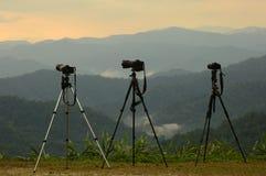 Fotografsonnenuntergang mit drei Kamerastativen. Stockbilder