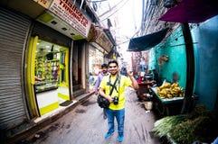 Fotografstellung mitten in einer gedrängten Straße in chandni chowk Delhi lizenzfreie stockbilder