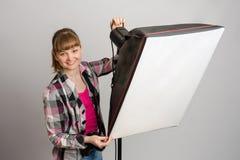 Fotografstudion ställer in korrekt riktning av ljus softbox royaltyfri foto