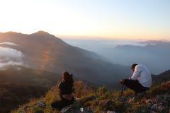 Fotografszene an der Bergkuppe stockfotos
