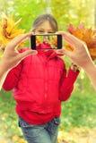Fotografujący na telefonie komórkowym Zdjęcia Royalty Free