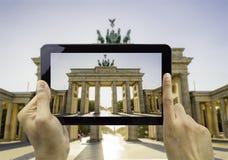 Fotografujący z mój pastylką Brandenburg bramę Zdjęcia Royalty Free