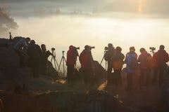 Fotografwartezeitsonnenaufgang auf Berg Stockbild