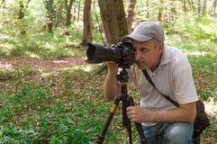 Fotographer med den Nikon kameran Royaltyfri Bild