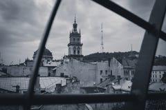 Fotographia in bianco e nero Vista del corridoio della chiesa dal tetto Fotografie Stock