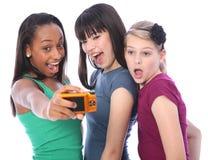 Fotographia di divertimento degli adolescenti con la macchina fotografica digitale Fotografie Stock