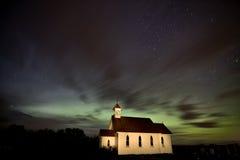 Fotographia di notte della chiesa del paese Fotografia Stock