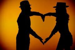 Fotographia di silouette delle coppie che forma un cuore Fotografia Stock Libera da Diritti