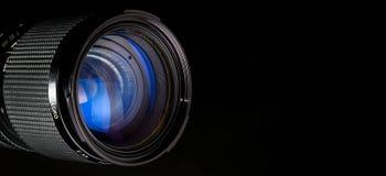 Fotographienobjektiv über Schwarzem Stockfoto