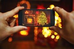 Fotojul som är inre med en tokiga julgran och spis royaltyfria foton