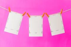 Fotokaarten en klem op roze achtergrond royalty-vrije stock foto's