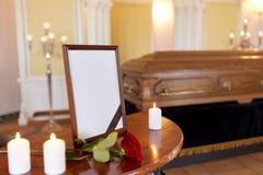 Fotokader en doodskist bij begrafenis in kerk stock afbeeldingen