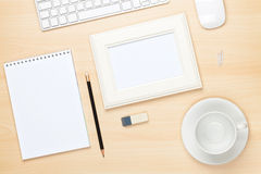 Fotokader op bureaulijst met blocnote, computer en koffiecu Royalty-vrije Stock Fotografie