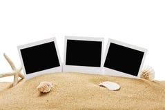 Fotokader op het overzeese geïsoleerde zand Stock Foto's